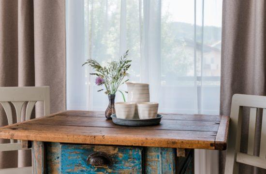 Alter Bauerntisch im Hotelzimmer Landhaus Steiner